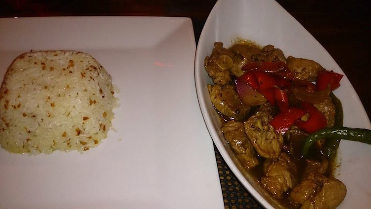'Pork adobo' serviran uz 'garlic rice'